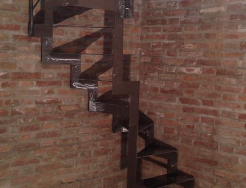 Scala elicoidale quadrata struttura e gradini smerigliati