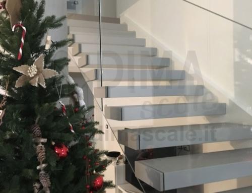 Scala sospesa con gradini in faggio massiccio e vetri