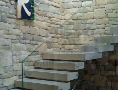 Scala sospesa con gradini in marmo